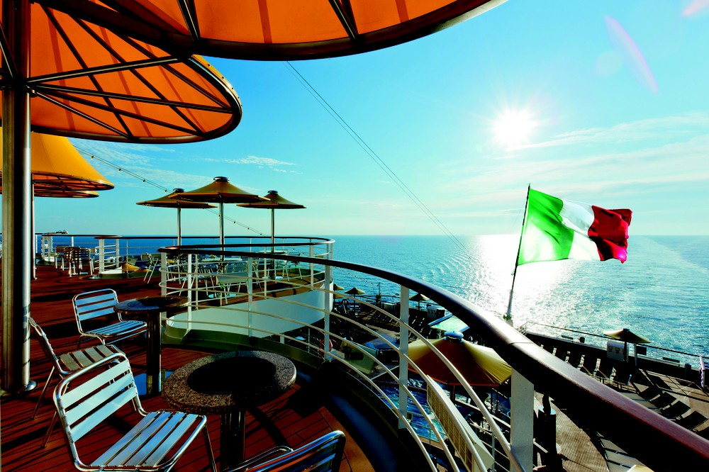 Vista do mezanino do cruzeiro Costa Fascinosa