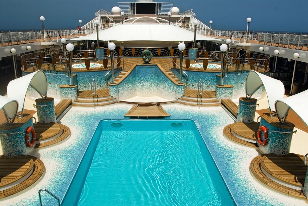 Vista da piscina do cruzeiro MSC Música