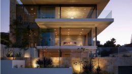 casa com fachada de vidro