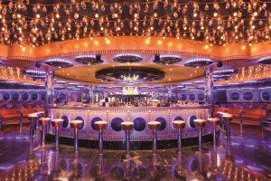 Panorâmica do bar no navio Costa Favolosa