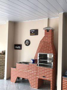 Churrasqueira pré moldada com tijolos à vista